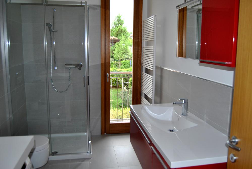 Bagno Lavanderia Piccolo : Bagno piccolo con lavanderia lavatrice foto